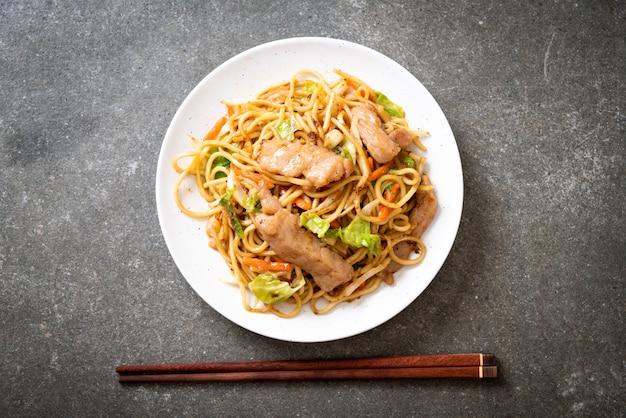 Spaghetti di yakisoba saltati in padella con carne di maiale