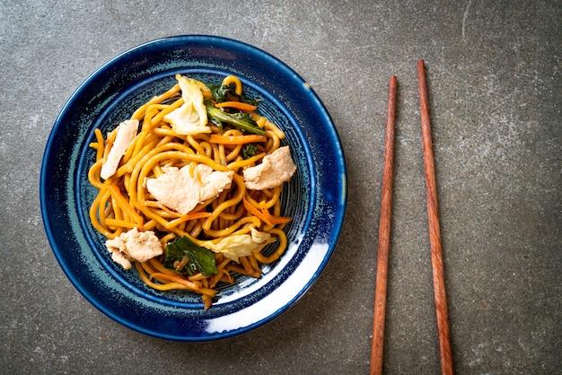 Spaghetti di yakisoba saltati in padella con pollo