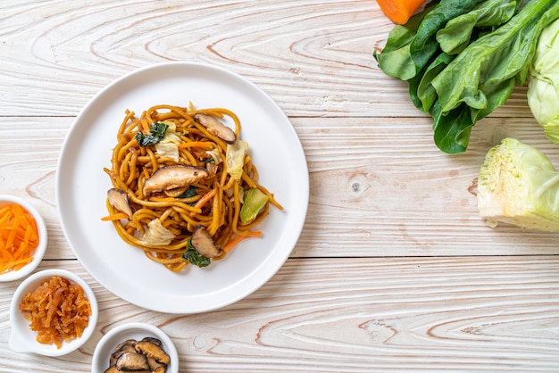 Spaghetti di yakisoba saltati in padella con verdure in stile asiatico - cibo vegano e vegetariano