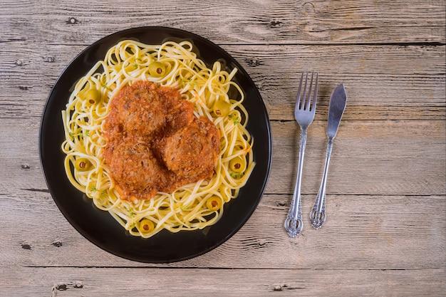 Spaghetti e polpette con salsa di pomodoro. vista dall'alto