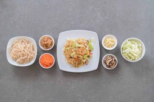 Spaghetti fritti sulla piastra
