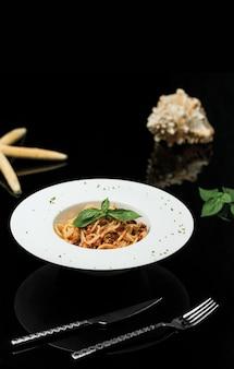 Spaghetti in salsa di peperoni al pomodoro.