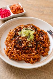 Spaghetti istantanei caldi e piccanti coreani con kimchi