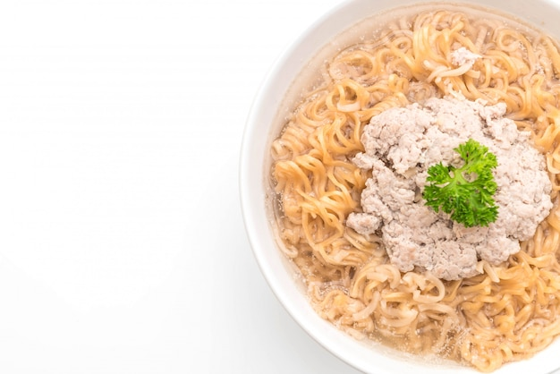 Spaghetti istantanei con carne di maiale macinata