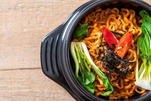 Spaghetti istantanei coreani con verdure e kimchi