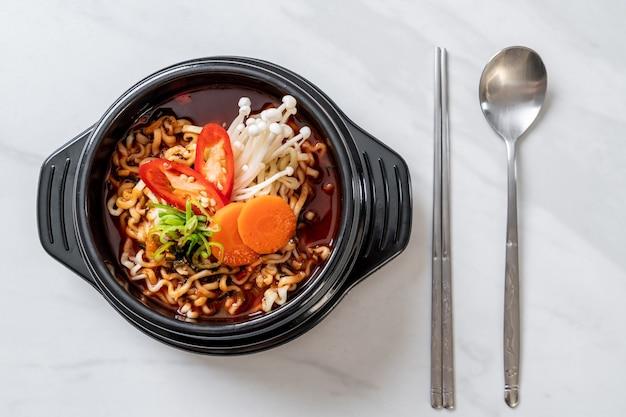 Spaghetti istantanei coreani in ciotola nera