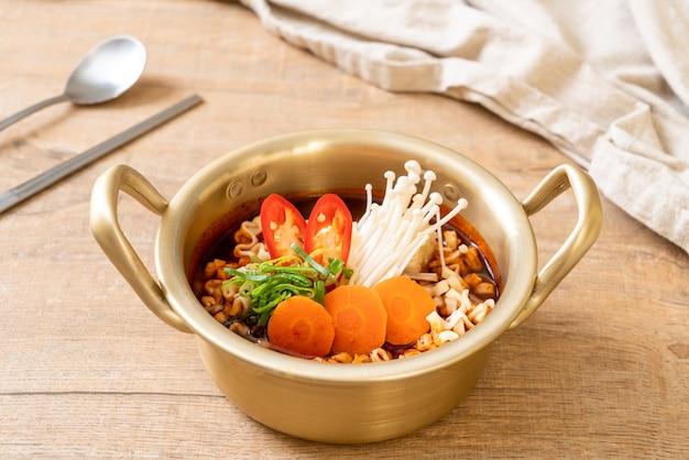Spaghetti istantanei coreani in pentola d'oro