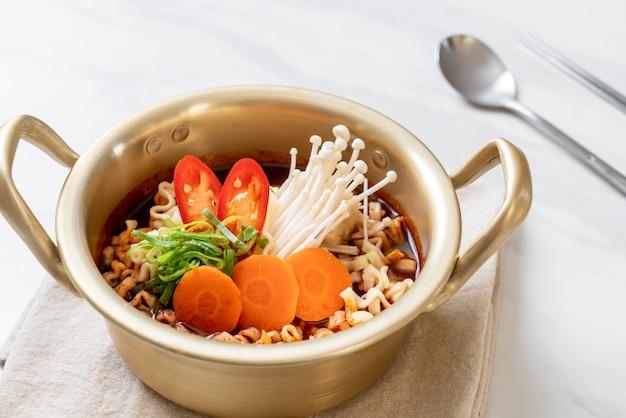 Spaghetti istantanei coreani in vaso d'oro