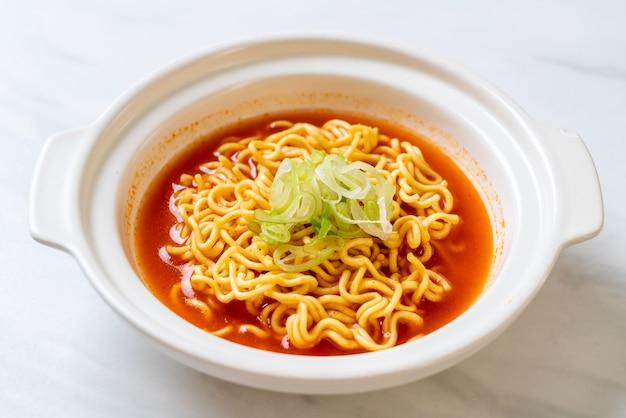 Spaghetti istantanei coreani piccanti con kimchi