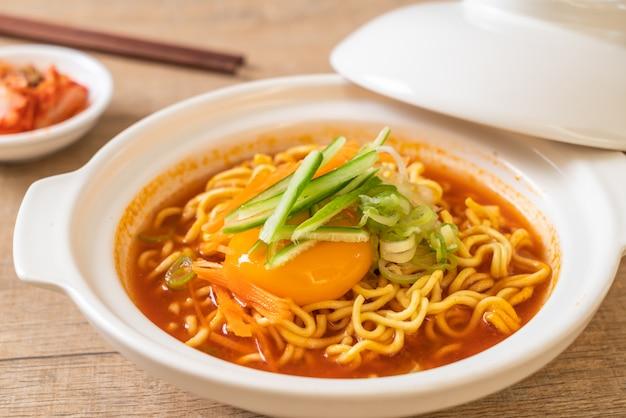 Spaghetti istantanei coreani piccanti con uova, verdure e kimchi
