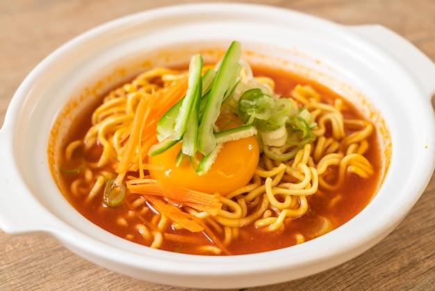 Spaghetti istantanei coreani piccanti con uovo, verdura e kimchi