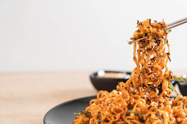 Spaghetti istantanei coreani piccanti