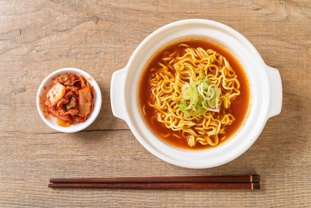 Spaghetti istantanei piccanti coreani con kimchi