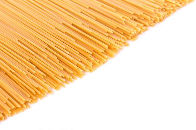 Spaghetti lunghi gialli, spaghetti crudi.