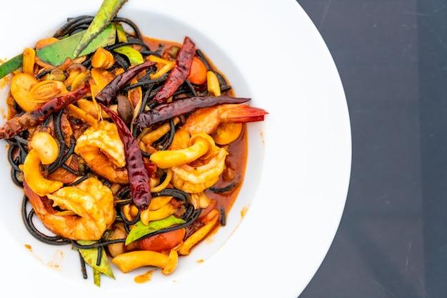 Spaghetti neri piccanti con gamberetti (tom yum kung)