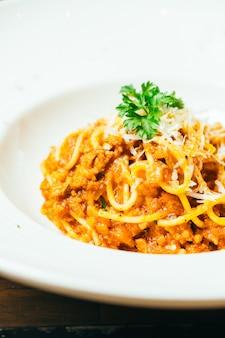 Spaghetti o pasta alla bolognese in piatto bianco