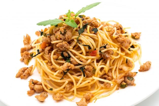 Spaghetti saltati in padella con carne di maiale e basilico tritati