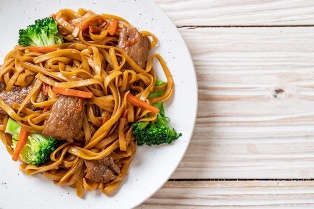 Spaghetti saltati in padella con carne di maiale e verdure