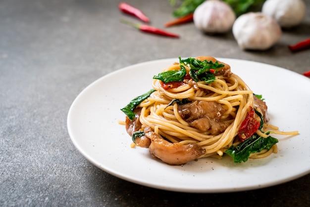 Spaghetti saltati in padella con pollo e basilico
