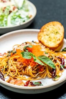 Spaghetti saltati in padella con uovo all'aglio e gamberetti