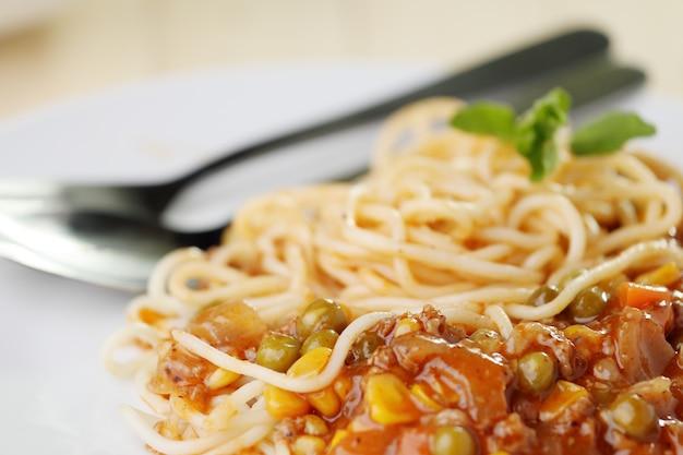 Spaghetti sul piatto bianco