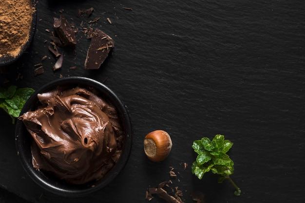 Spalmabile al cioccolato e copia spazio di castagne