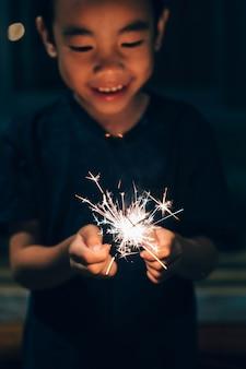 Sparkler con ragazzo nel periodo natalizio