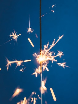 Sparkler di illuminazione su blu