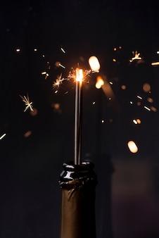 Sparkler in bottiglia di champagne di notte