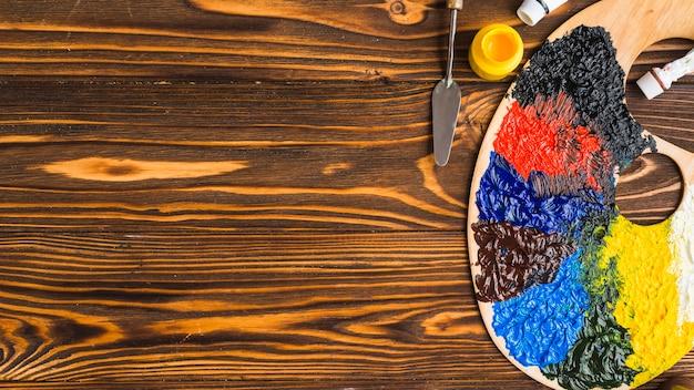 Spatola e tavolozza vicino ai pigmenti
