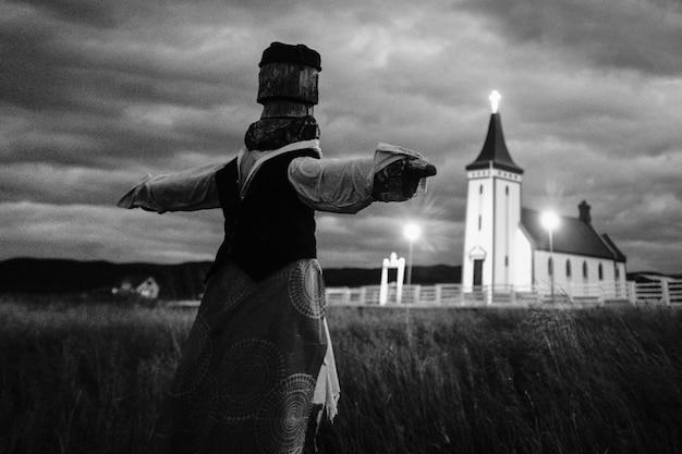 Spaventapasseri in un campo in bianco e nero