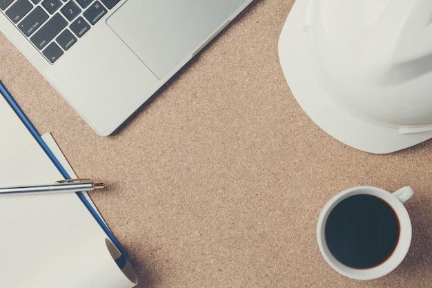 Spazi la struttura delle attrezzature per ufficio disposta su un pavimento di compensato marrone.