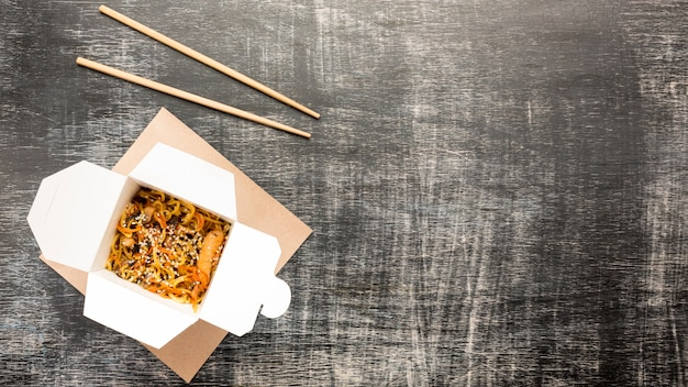 Spazio asiatico della copia dell'angolo sinistro della scatola dell'alimento