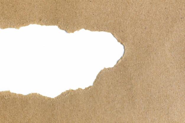 Spazio bianco vuoto in carta marrone strappata