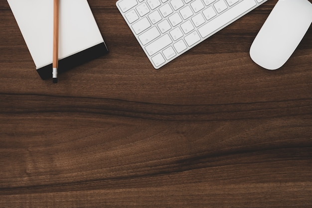 Spazio computer mouse e tastiera computer con nota e matita