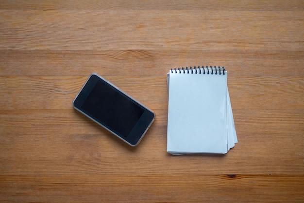 Spazio coppy su business tabella di lavoro con smartphone e organizzazione, concetto di scrivania ufficio sfondo