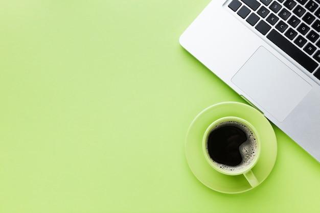Spazio della copia del caffè e del computer portatile
