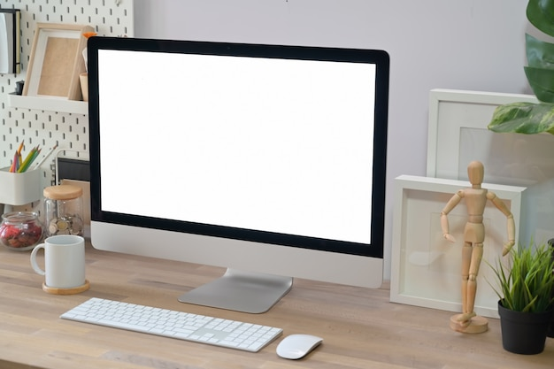 Spazio di lavoro creativo minimalista moderno.
