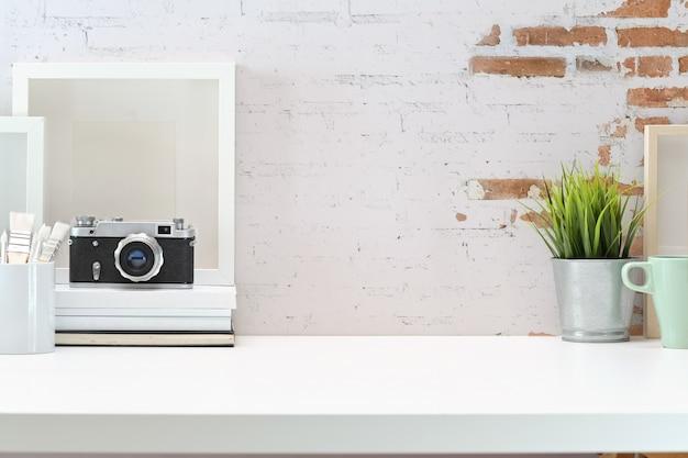 Spazio di lavoro del designer creativo e copia spazio sulla scrivania bianca