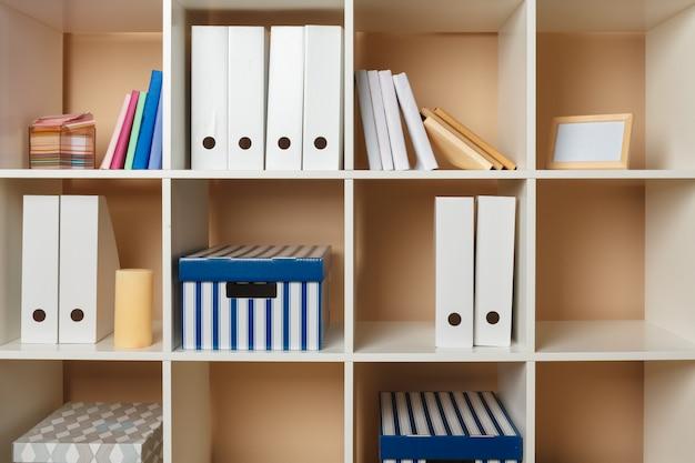 Spazio di lavoro dell'home office. mensola bianca con accessori