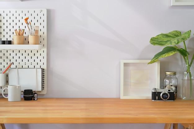 Spazio di lavoro loft con forniture minime e spazio di copia