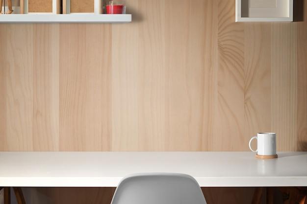 Spazio di lavoro minimo con spazio di copia per il montaggio del prodotto