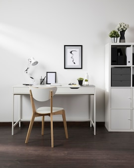 Spazio di lavoro ordinato e organizzato con sedia e lampada
