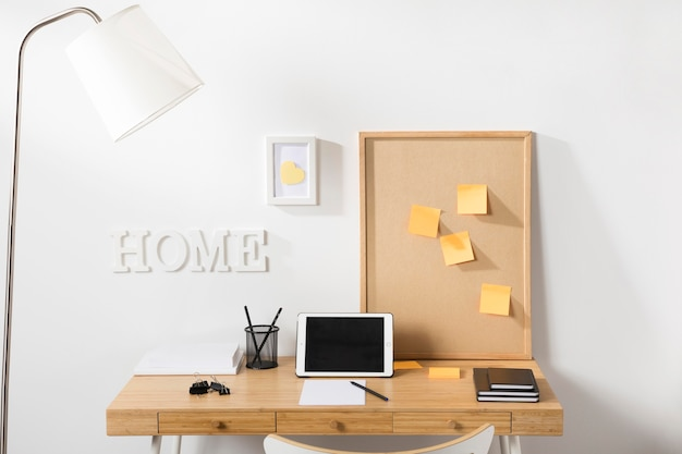 Spazio di lavoro pulito e ordinato con tablet sulla scrivania