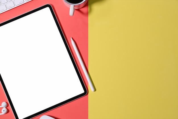 Spazio di lavoro scrivania ufficio colorato e tablet mockup