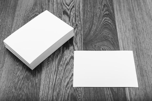 Spazio in bianco del biglietto da visita sulla tavola di legno di struttura