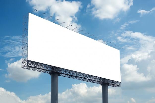 Spazio in bianco del tabellone per le affissioni con cielo blu per il manifesto di pubblicità all'aperto
