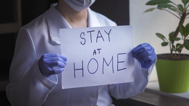 Spazio in bianco di carta del dottore hands in disposable gloves holding