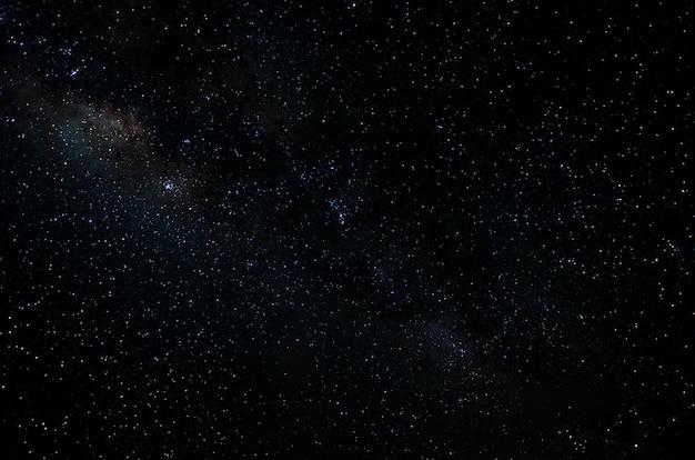 Spazio notturno di stelle e galassie cielo universo nero stellato di campo stellato lucido