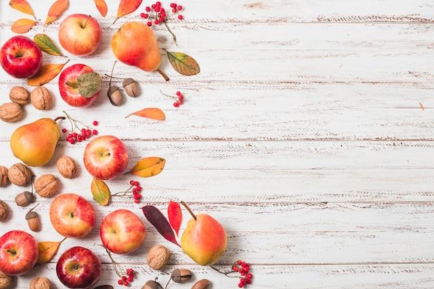 Spazio piatto per la copia di frutta autunnale